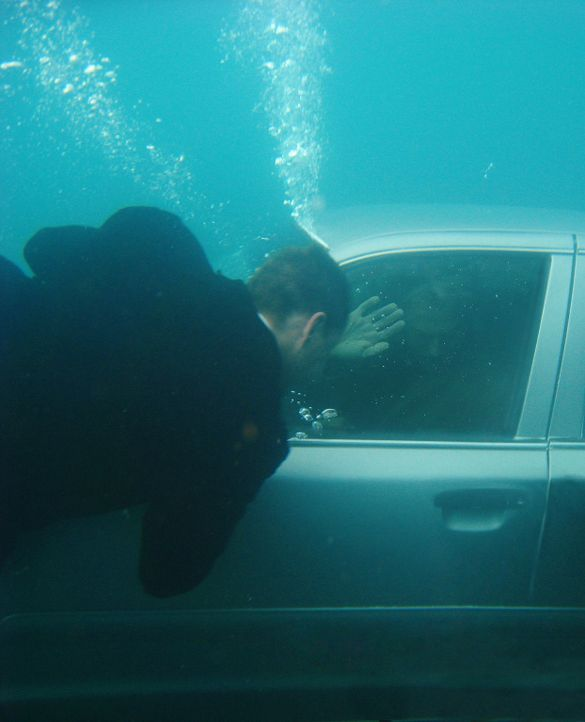 Tony (Michael Weatherly, l.), der das Unglück aus  der Nähe beobachtet hat, versucht die Gibbs (Mark Harmon, r.) und Madie Taylor aus dem Auto zu re... - Bildquelle: CBS Television