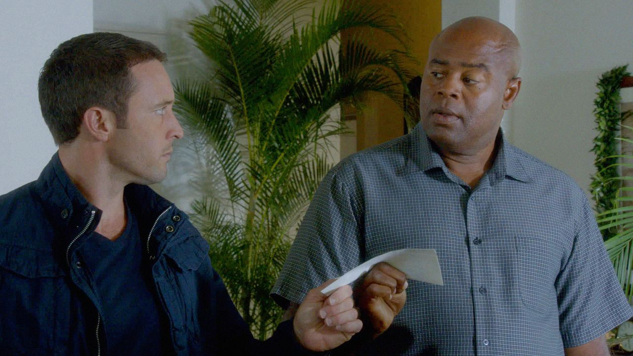 Steve (Alex O'Loughlin, l.) muss mit Lou Grover (Chi McBride, r.) zusammenarbeiten, um die Staatssicherheit ihres Landes vor einem Computer-Hacker z... - Bildquelle: 2013 CBS BROADCASTING INC. All Rights Reserved.
