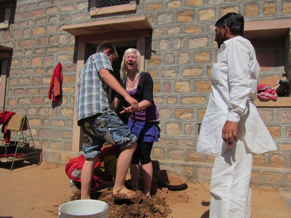 In Rajasthan, 90 Kilometer nordwestlich von Jodhpur entfernt sollen Marlon (l.) und Laura (M.) lernen, dass das Leben kein Zuckerschlecken ist. - Bildquelle: kabel eins