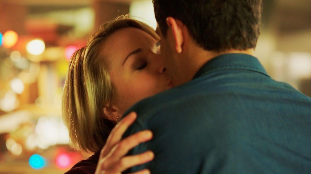 Wie kommt es bloß zu einem Kuss zwischen Florence (Tina Majorino, l.) und Walter (Elyes Gabel, r.)? Das kann doch nicht die reale Welt sein oder? - Bildquelle: 2017 CBS Broadcasting, Inc. All Rights Reserved.