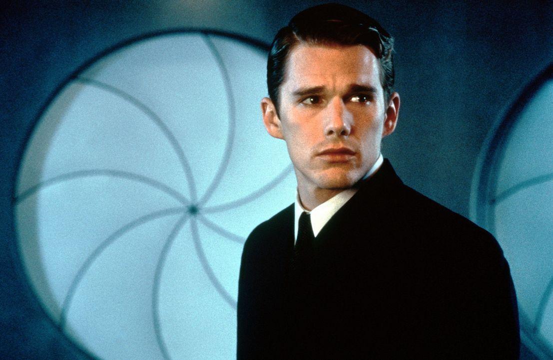 Natürlich gezeugt und geboren, doch der In-Valid Vincent Freeman (Ethan Hawke) will seinen Traum verwirklichen. Er nimmt die Identität eines Retor... - Bildquelle: Columbia Pictures
