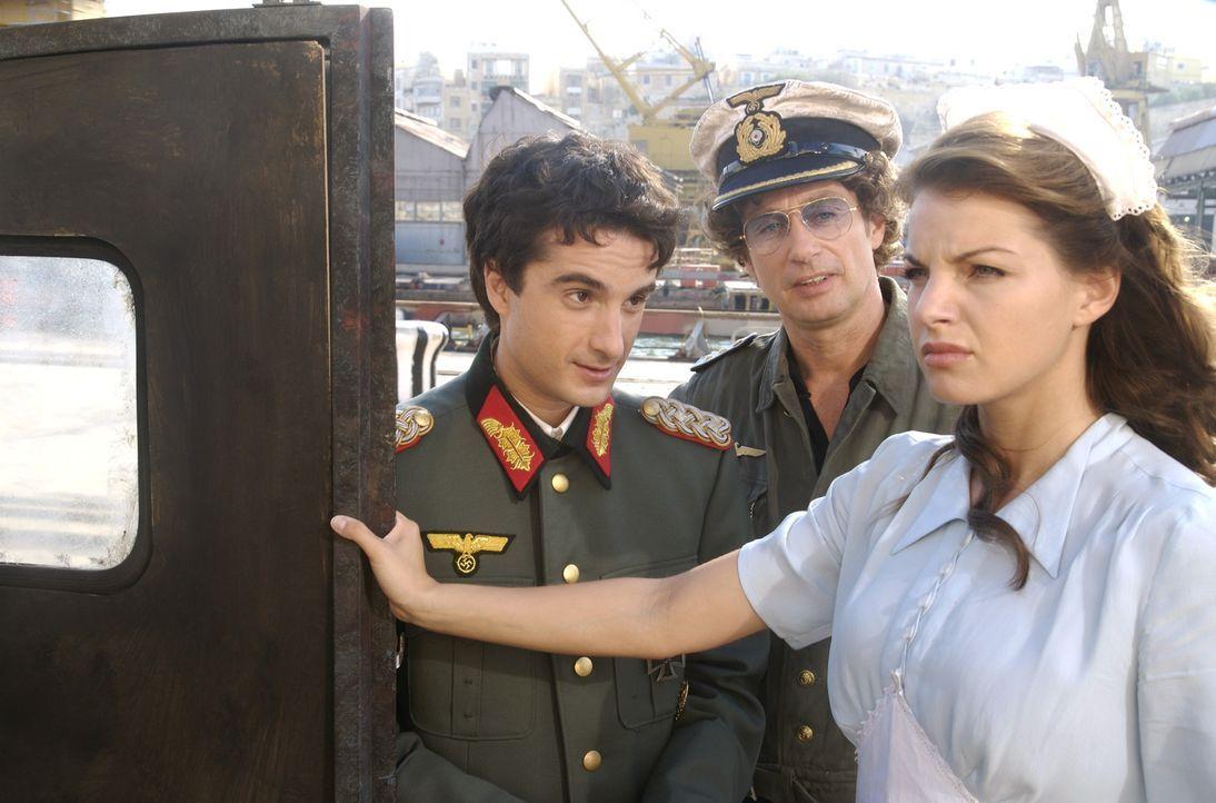 Atze (Atze Schröder, M.) und sein jüdischer Freund Samuel (Oliver K. Wnuk, l.) wollen mit einem U-Boot der Wehrmacht nach New York abhauen. Wird Mar...