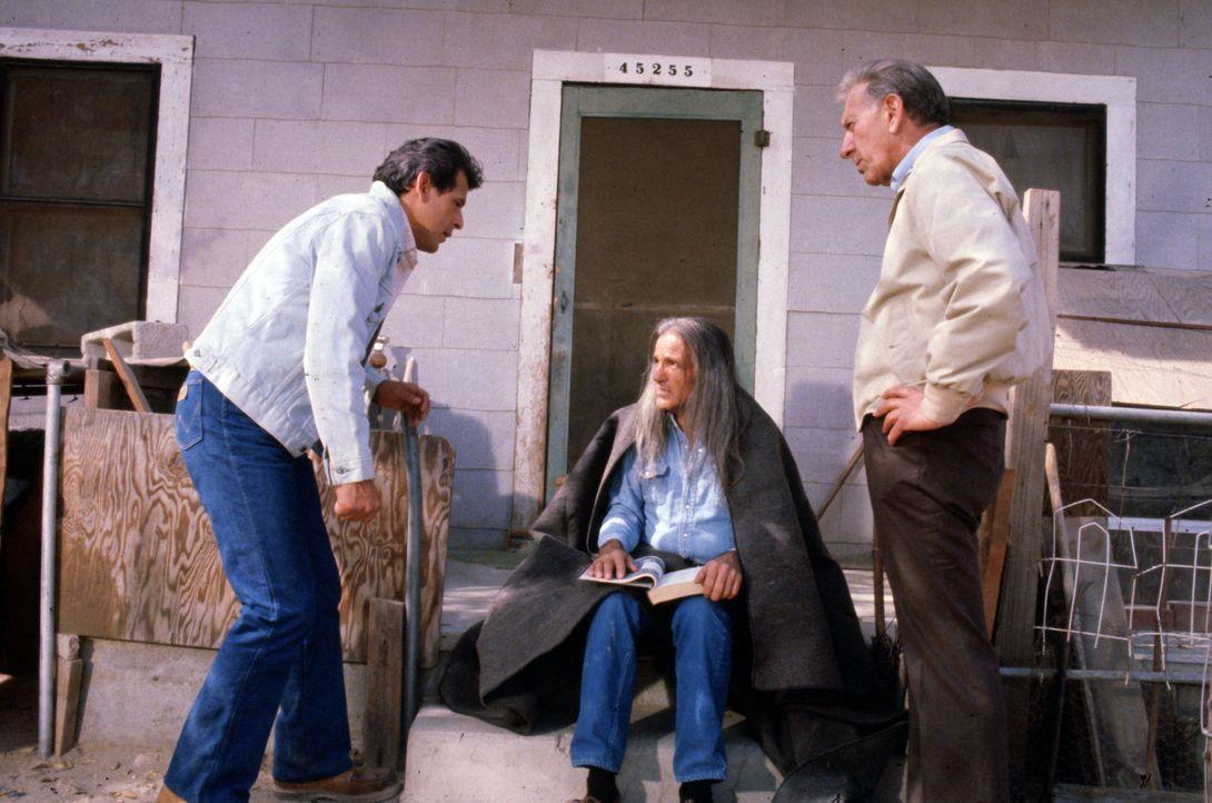Felix Wanaka (Emilio Delgado, l.) und Quincy (Jack Klugman, r.) bitten einen Schamanen (Dehl Berti, M.) um Hilfe ... - Bildquelle: Universal Pictures