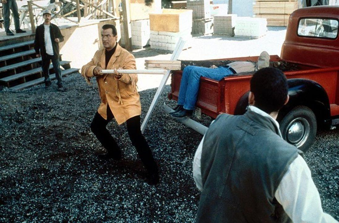 Als Jack (Steven Seagal, M.) erkennt, wer hinter der Giftmüll-Lagerung steckt, greift er gnadenlos durch und versucht mit allen Mitteln, die Machens... - Bildquelle: Warner Bros. Entertainment Inc.