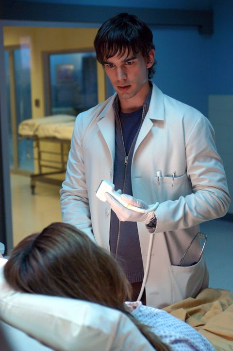 Um festzustellen, an was die Mädchen erkrankt sind, nimmt Miles McCabe (Christopher Gorham, r.) einige Untersuchungen durch ... - Bildquelle: CBS Television