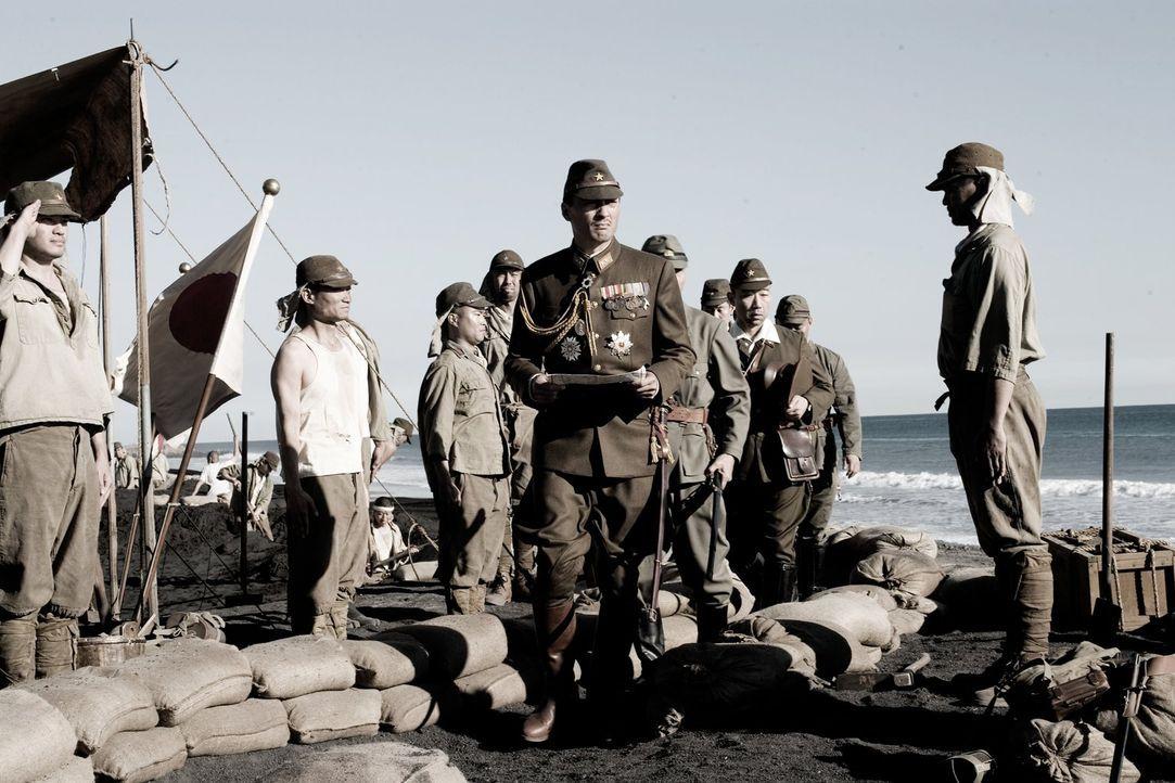 Mit der Ankunft von General Tadamichi Kuribayashi (Ken Watanabe, M.) auf Iwojima, ändert sich im Lager einiges ... - Bildquelle: Warner Bros.