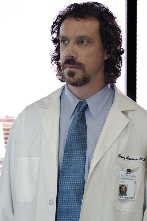 Die Spur des Serienkillers führt in ein Krankenhaus. Hat Dr. Barry Landman (Marcus Giamatti) etwas mit den Morden zu tun? - Bildquelle: Touchstone Television