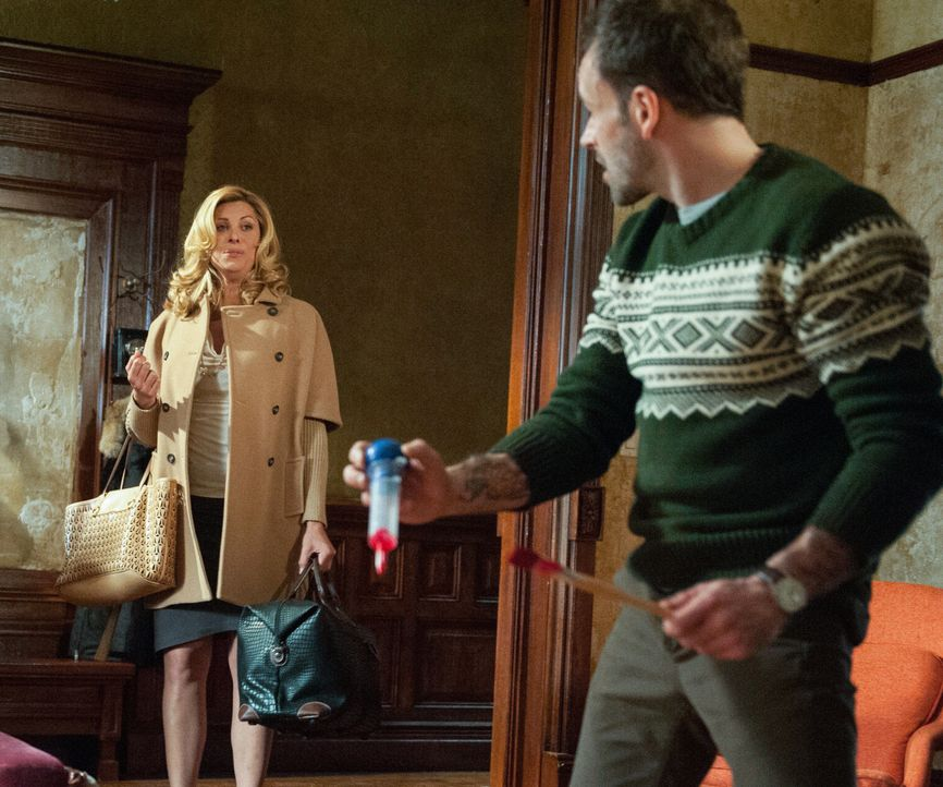 Während der Ermittlungen in einem neuen Fall, hilft Sherlock Holmes (Jonny Lee Miller, r.) einer transsexuellen Frau (Candis Cayne, l.) dabei, über... - Bildquelle: CBS Television
