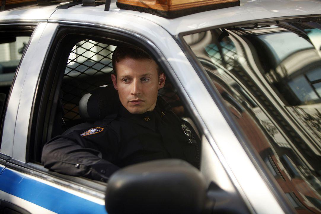 Als Jamie Reagan (Will Estes) und sein Kollege routinemäßig Streife fahren, entdeckt er einen Mann, der sich verdächtig verhält ... - Bildquelle: 2010 CBS Broadcasting Inc. All Rights Reserved