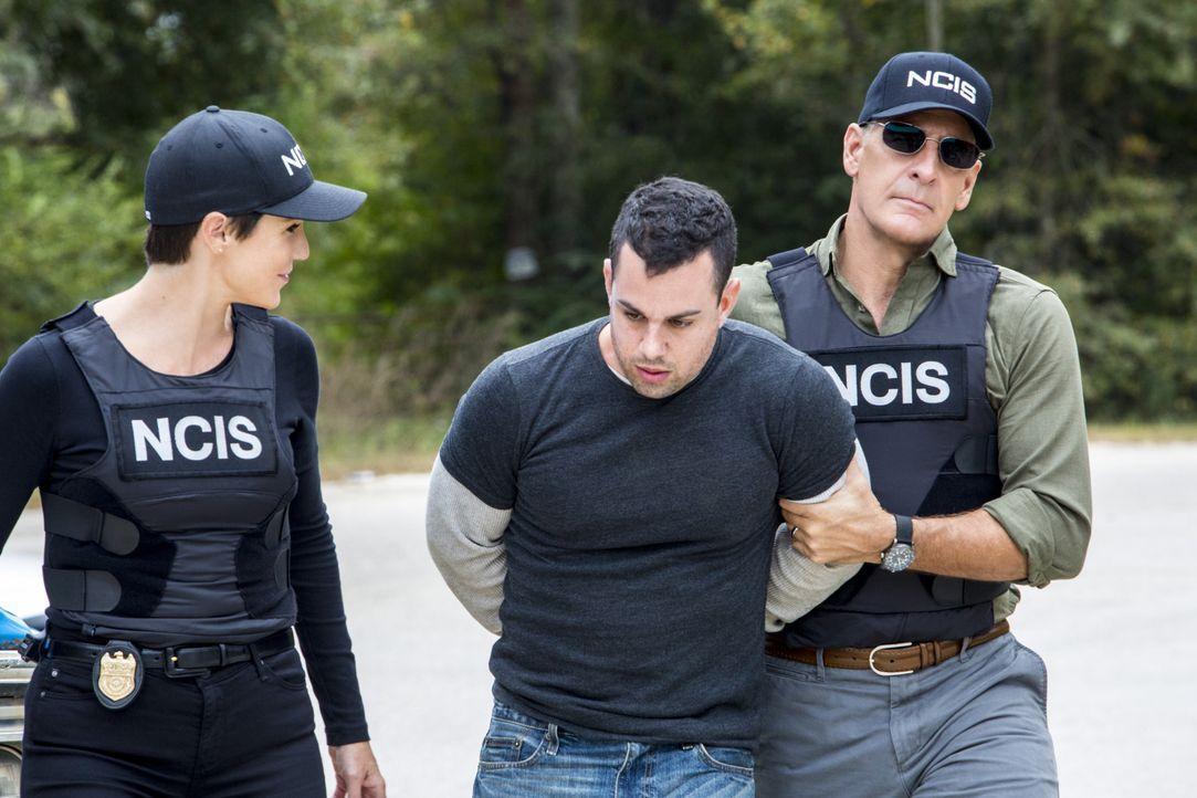 Was hat Len Bowers (Ilan Srulovicz, M.) mit dem Mordfall zu tun, in dem Pride (Scott Bakula, r.) und Brody (Zoe McLellan, l.) gerade ermitteln? - Bildquelle: 2014 CBS Broadcasting Inc. All Rights Reserved.