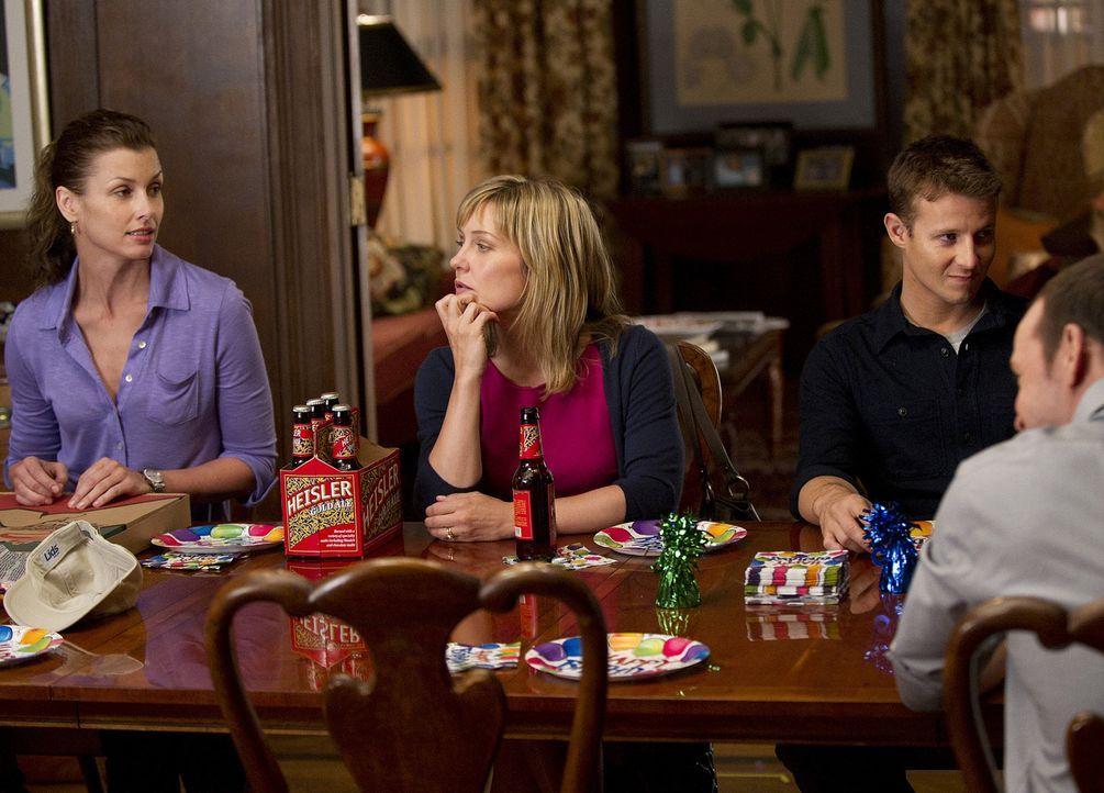 Nach einem Ereignisreichen Tag ist die ganze Familie wieder vereint, um Jacks Geburtstag zu feiern (v.l.n.r.): Erin (Bridget Moynahan), Linda (Amy C... - Bildquelle: 2010 CBS Broadcasting Inc. All Rights Reserved