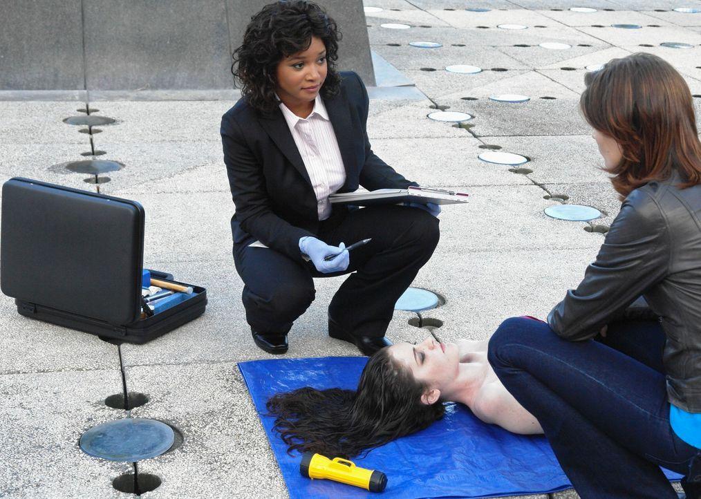 In einem Springbrunnen wird die Leiche einer jungen Frau gefunden. Lanie Parish (Tamala Jones, l.) teilt Kate Beckett (Stana Katic, r.) die Todesurs... - Bildquelle: ABC Studios