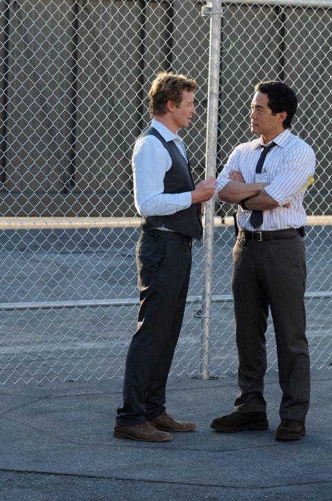 Versuchen die Unschuld von Jared Renfrew zu beweisen: Kendall Cho (Tim Kang, r.) und Patrick Jane (Simon Baker, l.) ... - Bildquelle: Warner Bros. Television