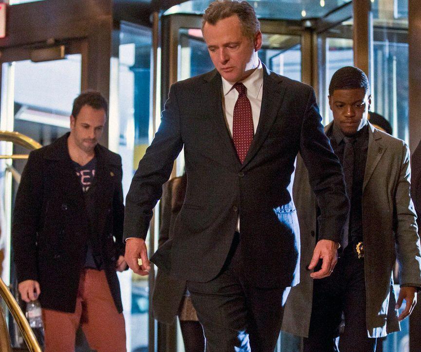 Müssen einen neuen Mordfall lösen: Sherlock Holmes (Jonny Lee Miller, l.), Gregson (Aidan Quinn, M.) und Marcus (Jon Michael Hill, r.) ... - Bildquelle: Tom Concordia CBS Television
