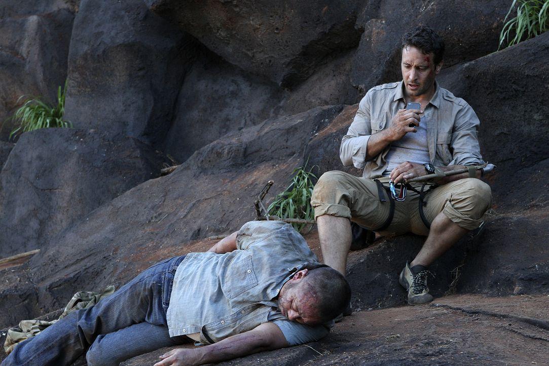Als Steve (Alex O'Loughlin, r.) und Danny einen Ausflug in die Berge unternehmen, entdecken sie einen toten Fischer (Jack Leung, l.). Das Team versu... - Bildquelle: 2011 CBS BROADCASTING INC.  All Rights Reserved.