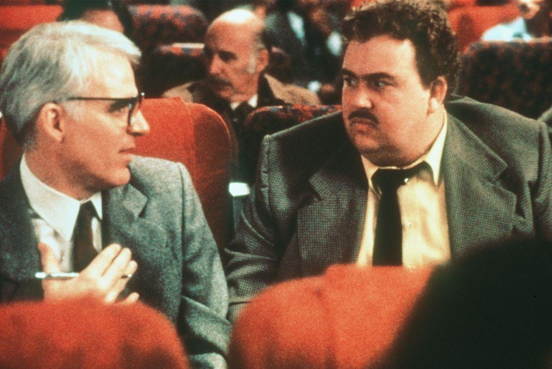 Der smarte Werbemanager Neal Page (Steve Martin, l.) ist alles andere als angetan von seinem Nachbarn im Flugzeug, dem Handelsvertreter Del Griffith... - Bildquelle: Paramount Pictures