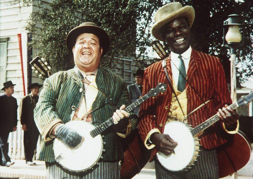 Stubby Kaye und Nat King Cole als Musikanten, die mit ihren Musikeinlagen die Handlung konterkarieren ... - Bildquelle: Columbia Pictures