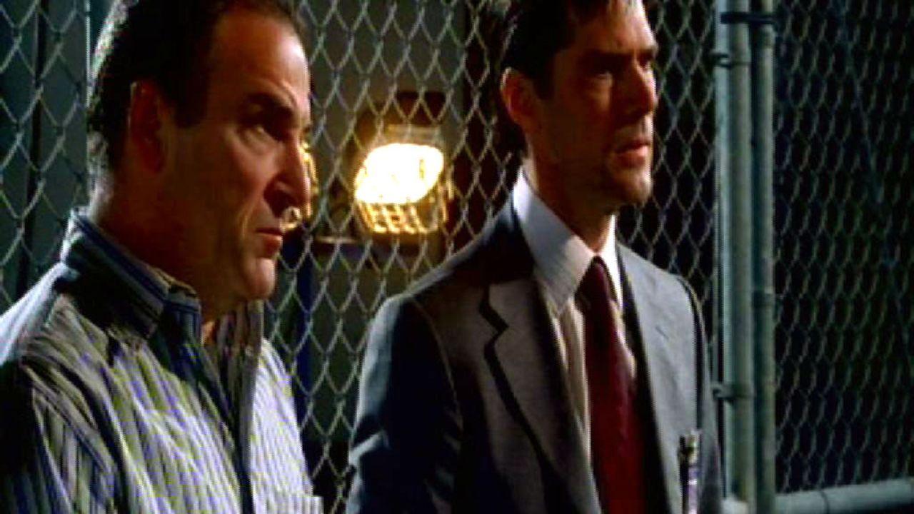 """Gideon (Mandy Patinkin, l.) und """"Hotch"""" (Thomas Gibson, r.) müssen eine Möglichkeit finden, hinter die zahllosen Maskeraden des Mörders zu blicke... - Bildquelle: Touchstone Television"""