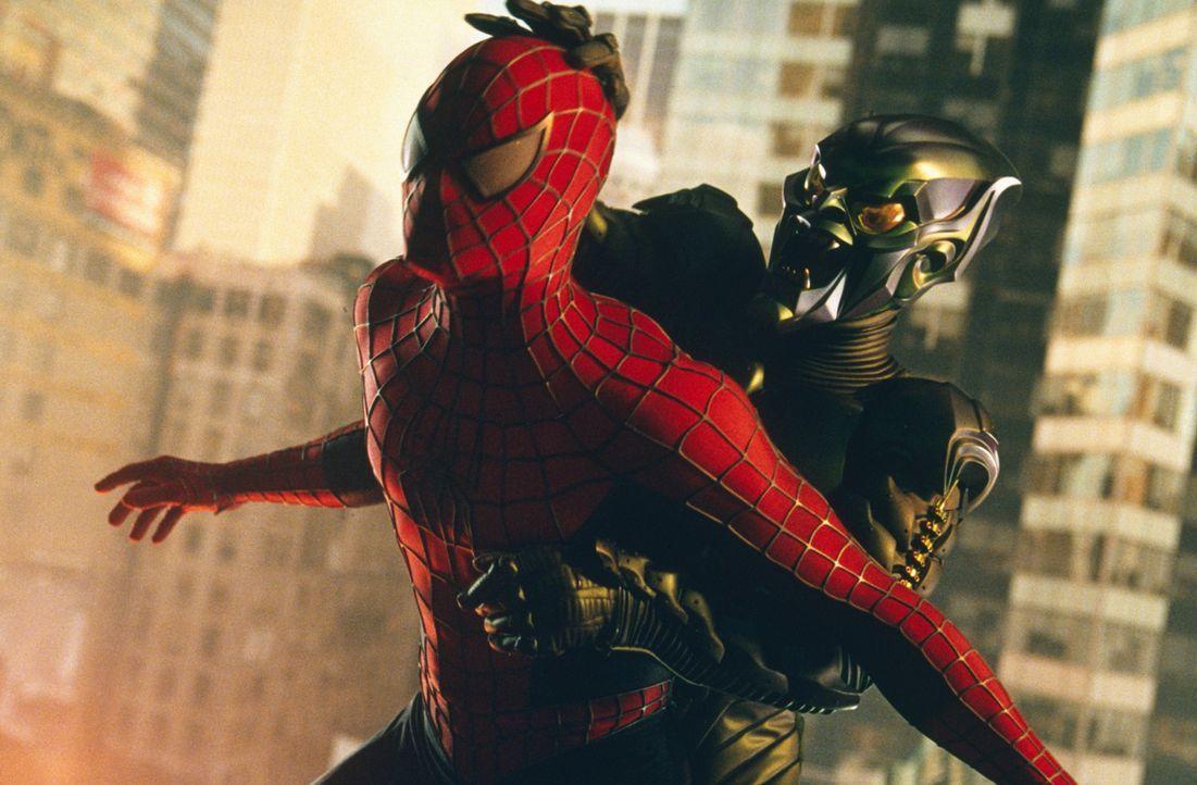Der besessene Wissenschaftler Osborn (Willem Dafoe, r.) hat sich durch einen missglückten Versuch in den grünen Kobold verwandelt. Nun hat Spider-... - Bildquelle: 2003 Sony Pictures Television International
