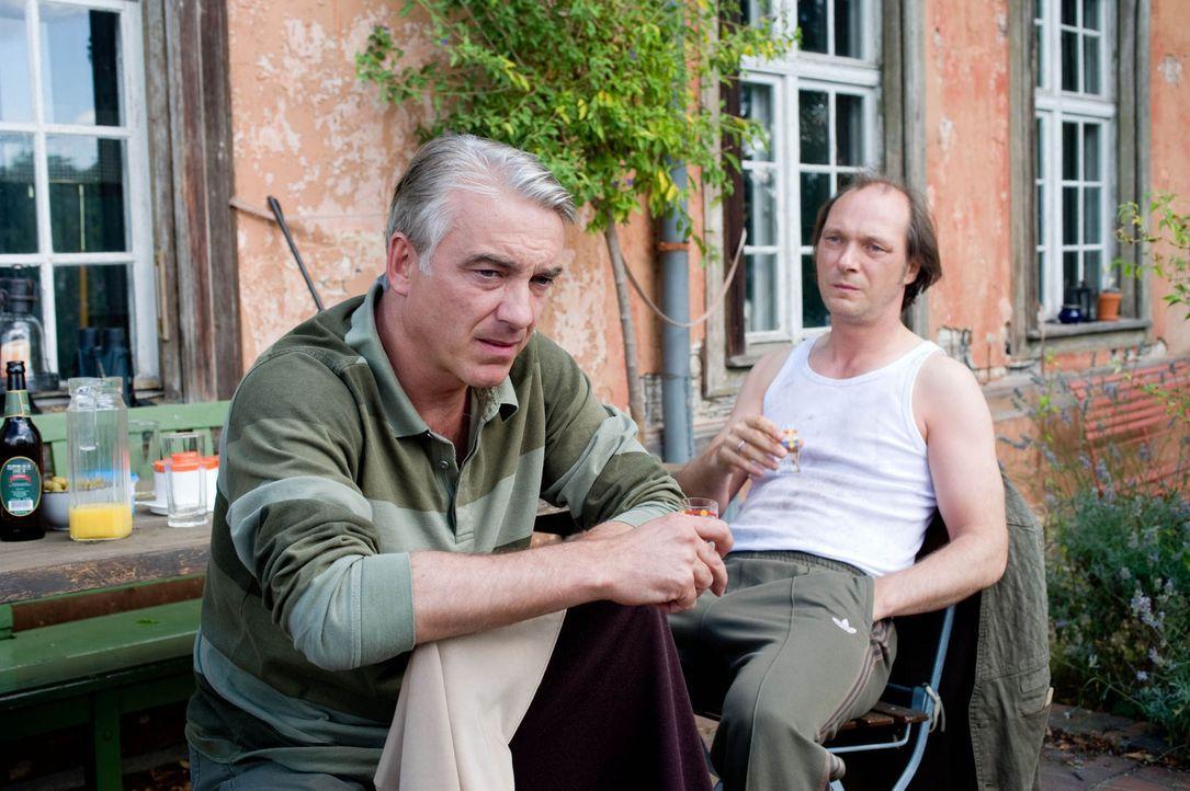 Wider Erwarten freunden sich die beiden gegensätzlichen Männer, Nudist Helmut Steiner (Martin Brambach, r.) und der konservative Textil-Unternehmer... - Bildquelle: Gordon Mühle Sat.1
