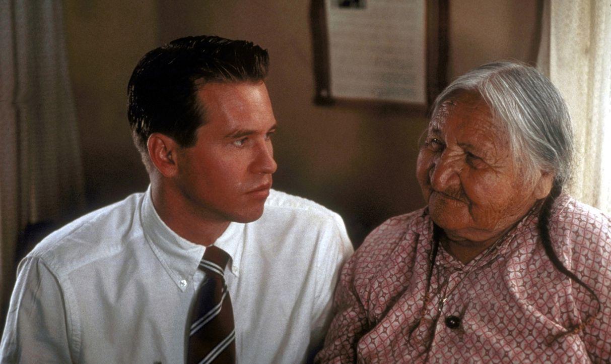 Der FBI-Agent Levoi (Val Kilmer, l.) soll einen mysteriösen Mordfall in einem Indianerreservat aufklären. Ray wurde aus einem Grund für den Fall... - Bildquelle: TriStar Pictures