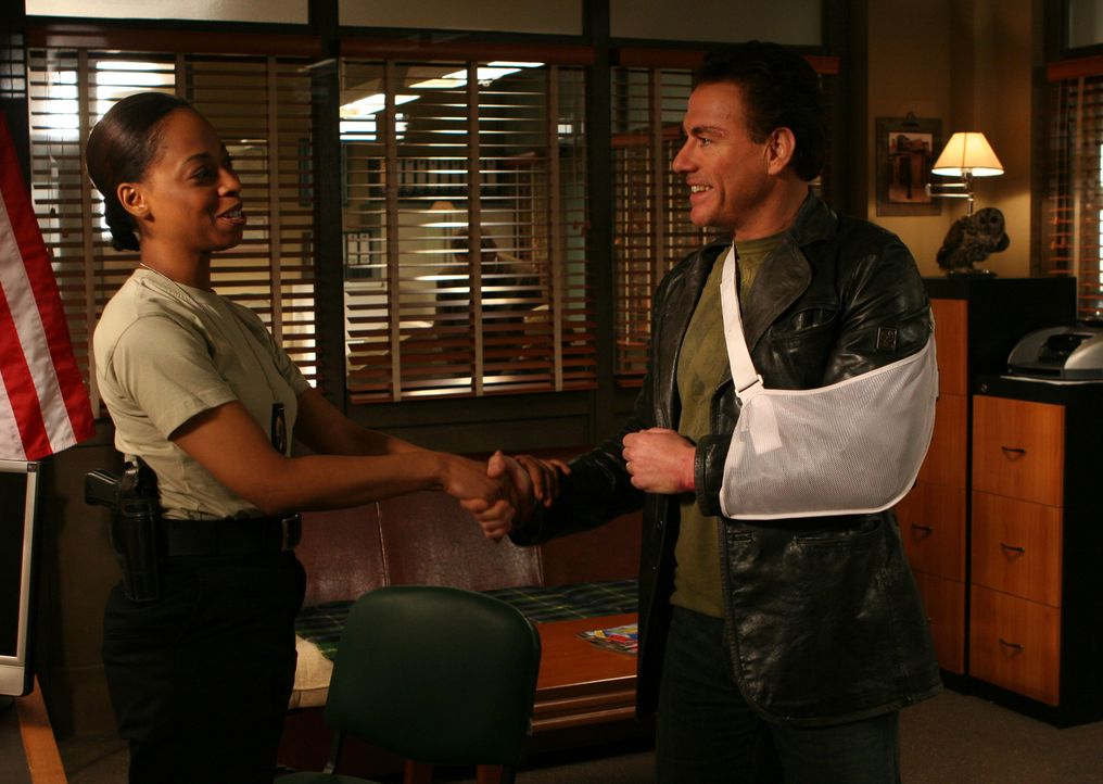 Bisher konnten seine Kollegen ihn nicht ausstehen, nachdem aber der Cop Anthony Stowe (Jean-Claude Van Damme, r.) monatelang im Koma gelegen hatte,...