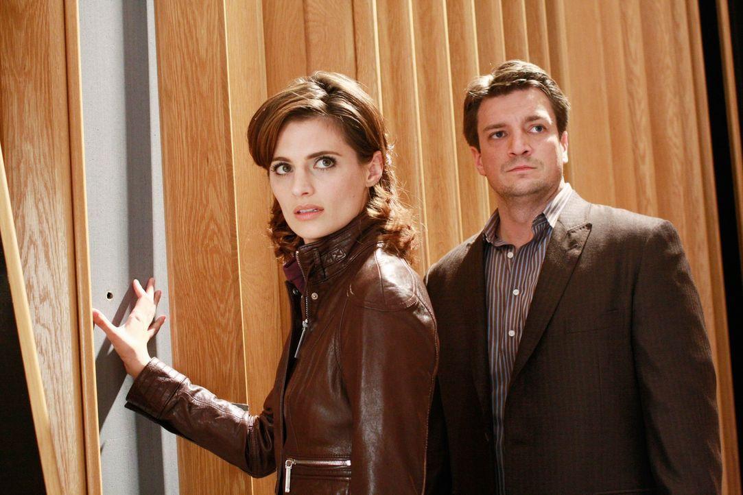 Ein Einschussloch in der Wand verrät Richard Castle (Nathan Fillion, r.) und Kate Beckett (Stana Katic, l.), dass die Musikproduzentin Bree Busch of... - Bildquelle: ABC Studios