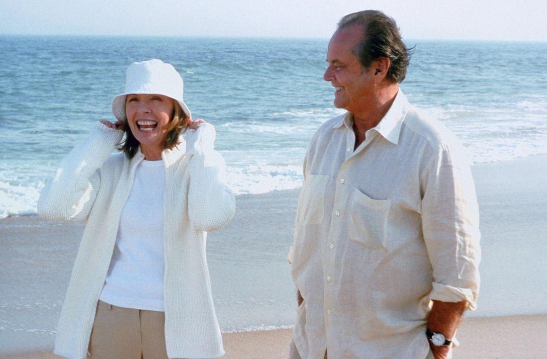 Nach und nach merken Harry (Jack Nicholson, r.) und Erica (Diane Keaton, l.), dass sie sich zueinander hingezogen fühlen. Doch wird alles gut gehen? - Bildquelle: Warner Bros. Pictures