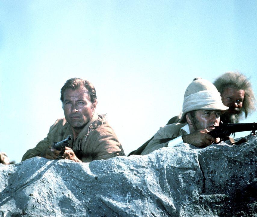 Old Shatterhand (Lex Barker, l.), Lord Castlepool (Eddi Arent, M.) und Sam Hawkins (Ralf Wolter, r.) liegen auf der Lauer ... - Bildquelle: Columbia Pictures