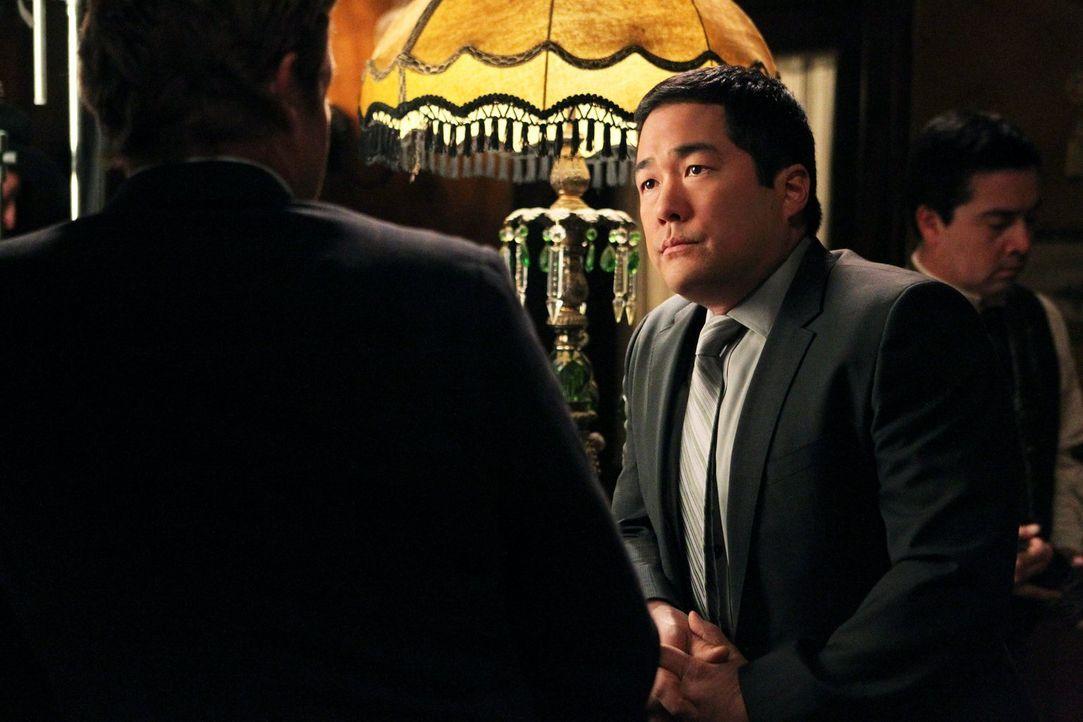 Als der Besitzer der kleinen Touristen-Wildweststadt Percy erschlagen in seinem Büro aufgefunden wird, werden Kimball (Tim Kang, r.) und seine Kolle... - Bildquelle: Warner Bros. Television