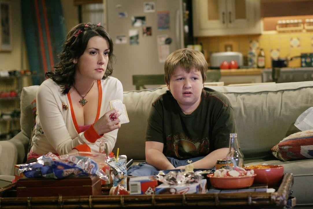 Verbringen einen gemütlichen Abend miteinander: Jake (Angus T. Jones, r.) und Rose (Melanie Lynskey, l.) ... - Bildquelle: Warner Brothers Entertainment Inc.