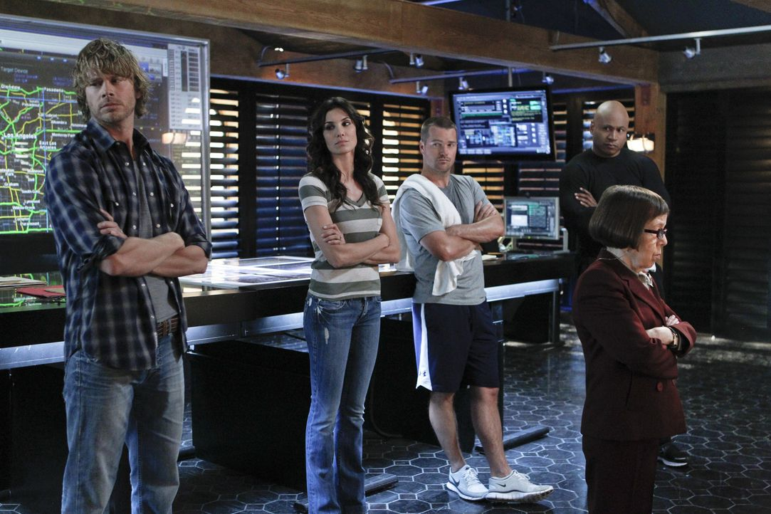 Ein neuer Fall beschäftigt das Team: Callen (Chris O'Donnell, M.), Sam (LL Cool J, 2.v.r.), Kensi (Daniela Ruah, 2.v.l.), Deeks (Eric Christian Olse... - Bildquelle: CBS Studios Inc. All Rights Reserved.