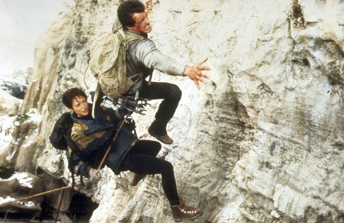 Nur Jessie (Janine Turner, l.) und Gabe (Sylvester Stallone, r.) können diese Steilwände bezwingen ... - Bildquelle: 1993 Cliffhanger B.V. All Rights Reserved.