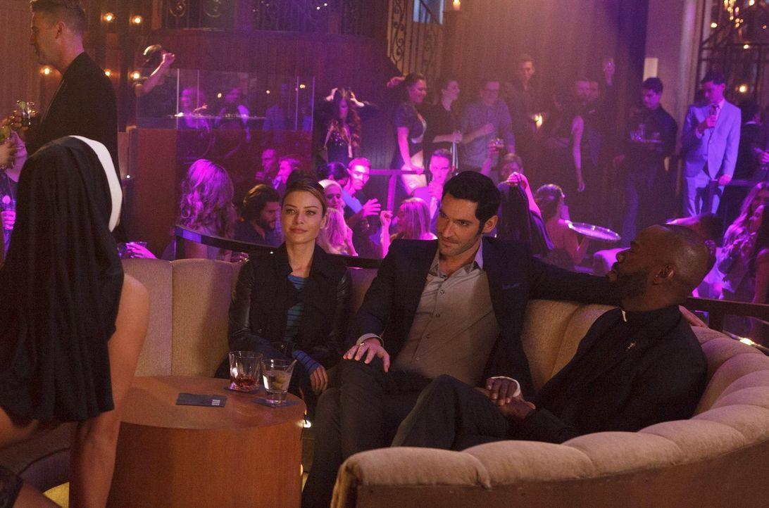 Nachdem Chloe (Lauren German, l.) und Lucifer (Tom Ellis, M.) erkennen mussten, dass ihr neuster Fall komplizierter ist als gedacht, bietet ausgerec... - Bildquelle: 2016 Warner Brothers