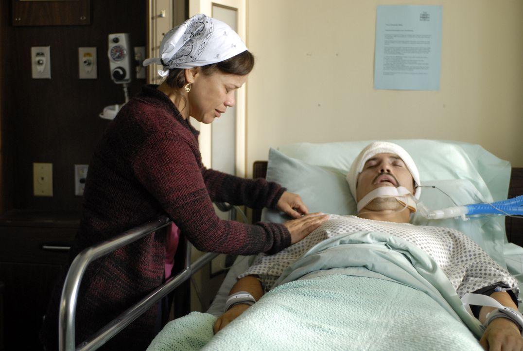 Als ihr Mann (John Leguizamo, r.) Opfer eines Überfalls wird, gerät Marinas (Rosie Perez, l.) wohlgeordnete Welt völlig aus den Fugen ... - Bildquelle: 2008 Boyle Heights, LLC. All Rights Reserved.