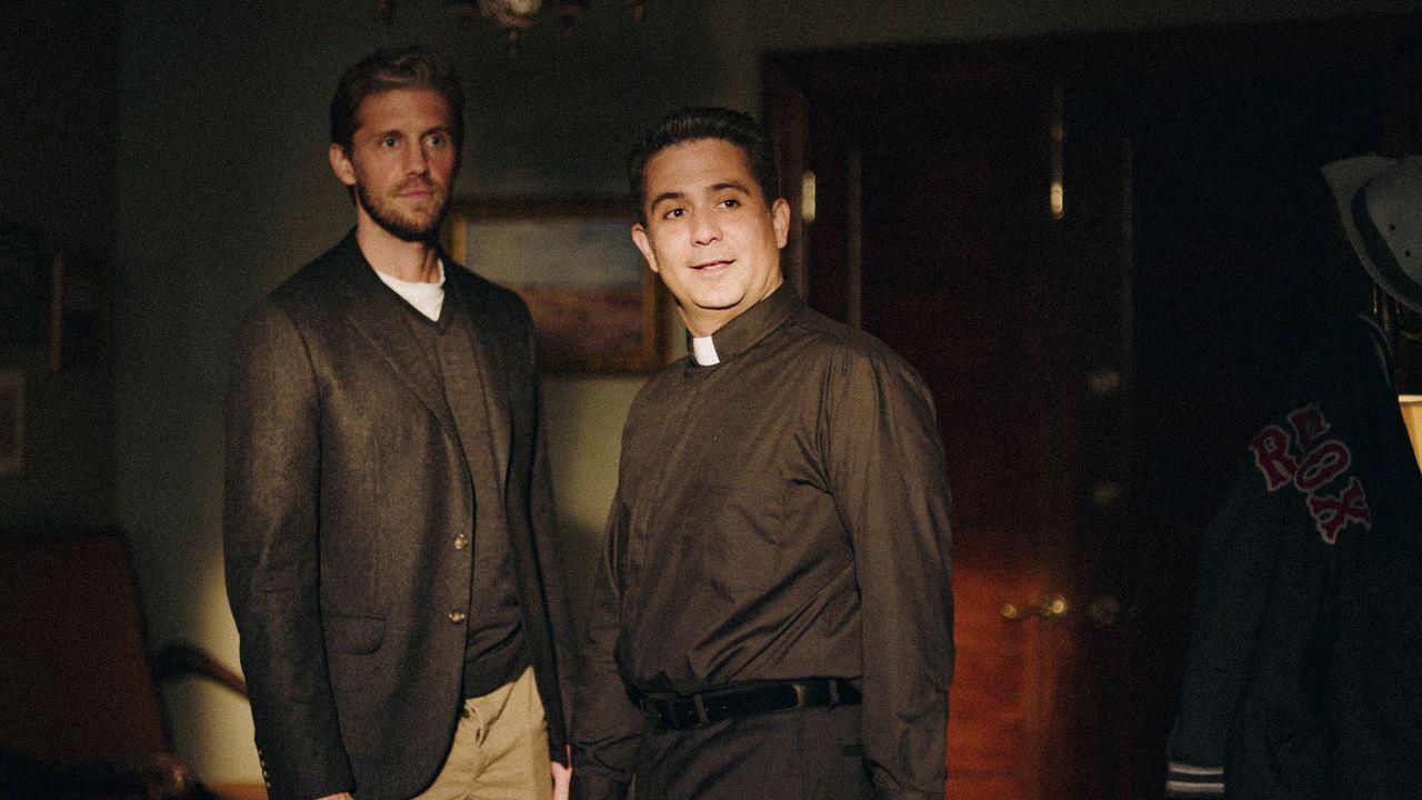 Danny McNamara (Matt Barr, l.); Pater Chuck (Mark Gagliardi, r.) - Bildquelle: 2019 CBS Broadcasting Inc. All Rights Reserved.