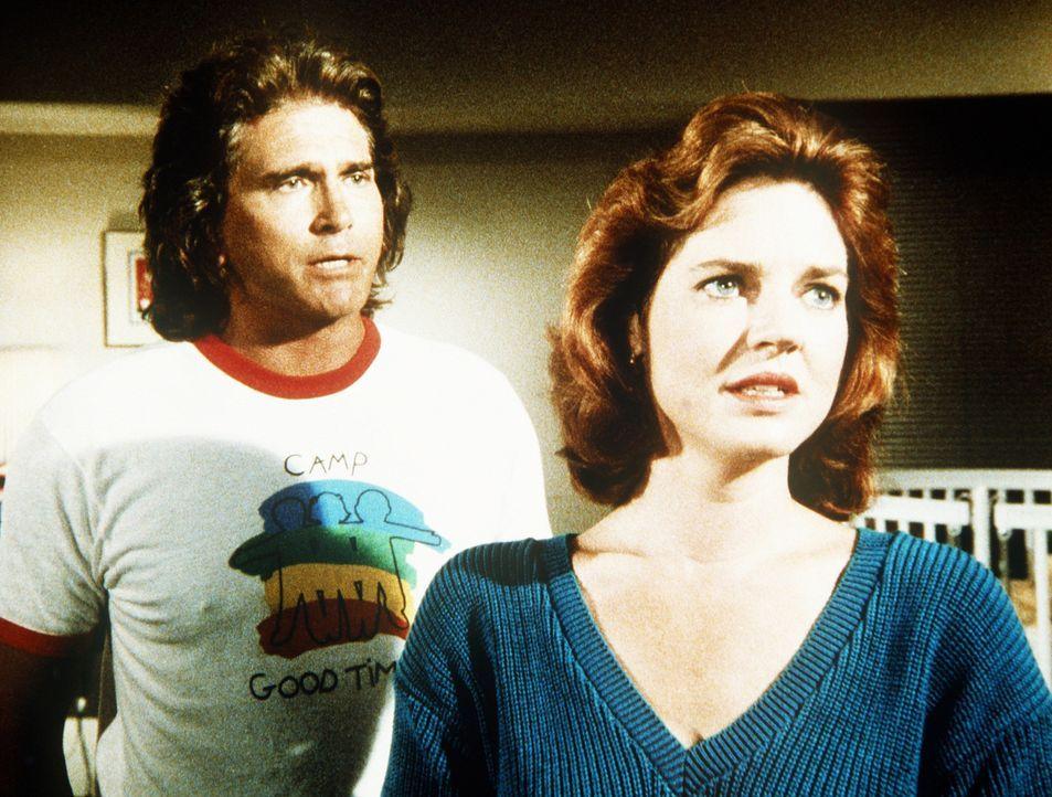Jonathan (Michael Landon, l.) rät Curtis' Mutter (Robin Riker, r.), ihren Sohn ins Feriencamp zu schicken. - Bildquelle: 20th Century Fox Television