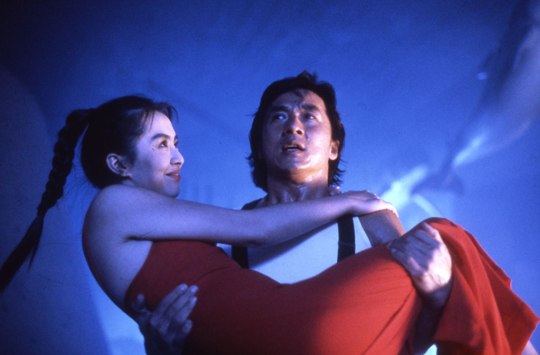 """Der """"City Hunter"""" Ryô Saeba (Jackie Chan, r.) trägt seine Assistentin Kaori (Joey Wang, l.) auf Händen ... - Bildquelle: 20th Century Fox Home Entertainment"""