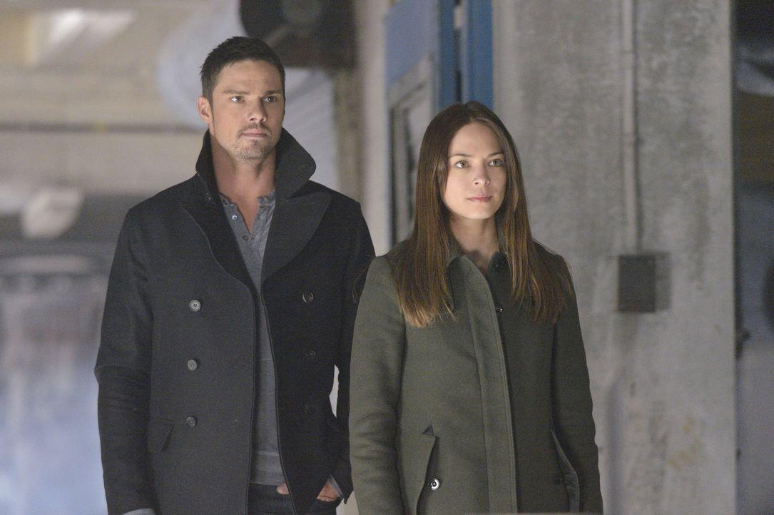 Während Gabe ein Einsatzkommando zusammenstellt, um Vincent hinter Gitter zu bringen, ist FBI Agent Knox auf Cat (Kristin Kreuk, r.) und Vincents (J... - Bildquelle: 2013 The CW Network, LLC. All rights reserved.