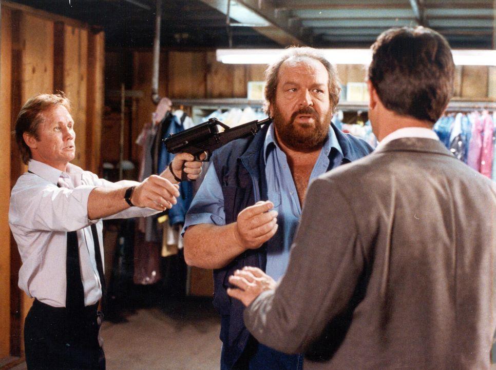 Der Taxifahrer Buddy Webster (Bud Spencer, M.) wird in die Zange genommen - und das mag unser Buddy gar nicht gerne ... - Bildquelle: Tobis Film