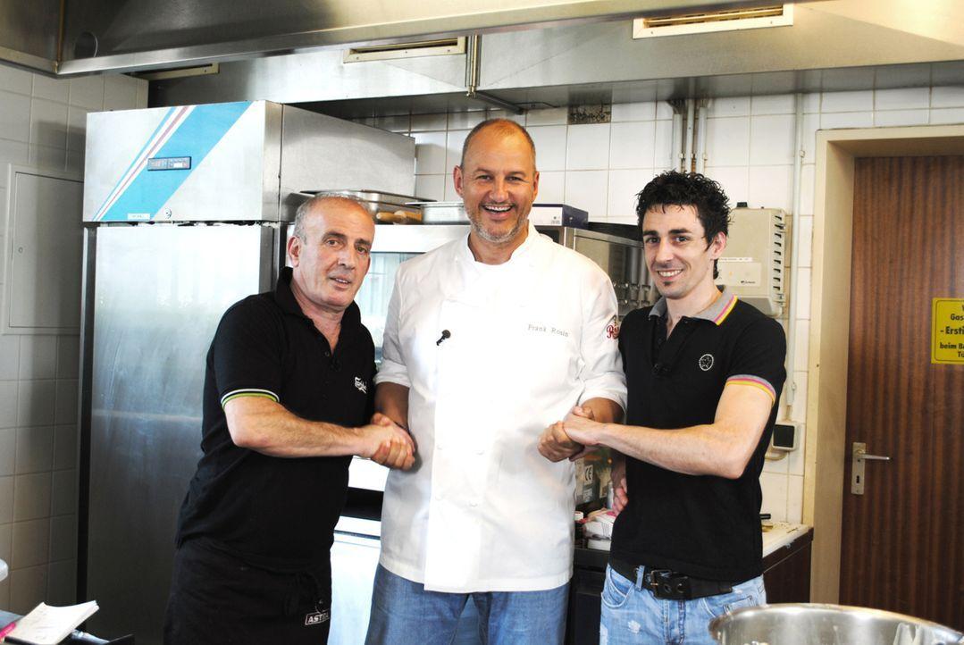 Griechenland-Krise in Norddeutschland: Vassilios (l.), Frank Rosin (M.) und Alexios (r.) ... - Bildquelle: kabel eins