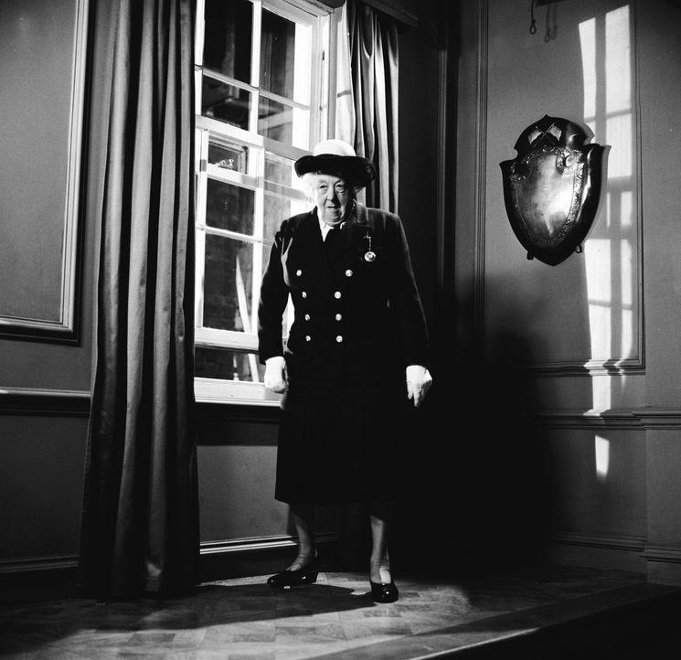 Miss Marples (Margaret Rutherford) neuster Fall erfordert eine Verkleidung der besonderen Art: Es geht auf See, da darf die Marineuniform natürlich... - Bildquelle: Warner Brothers