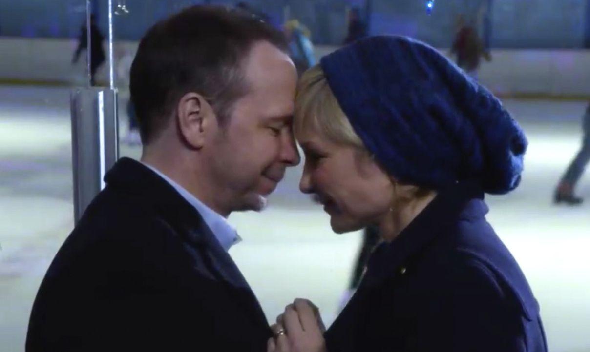 Schaffen Danny (Donnie Wahlberg, l.) und Linda (Amy Carlson, r.) es endlich ihre Liebe neu zu entfachen? - Bildquelle: 2014 CBS Broadcasting Inc. All Rights Reserved.