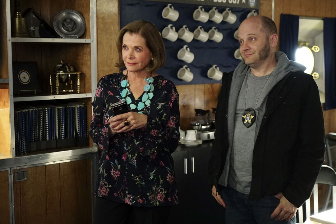 "Müssen dem NCIS-Team wieder einmal bei der Aufklärung eines Mordes helfen: Die ""Sherocks"" McNight (Jessica Walter, l.) und Waznicki (Todd Louiso, r.... - Bildquelle: Sonja Flemming 2016 CBS Broadcasting, Inc. All Rights Reserved / Sonja Flemming"