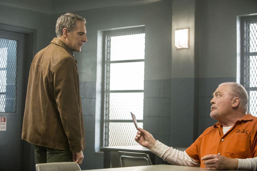Special Agent Prides Vater Cassius (Stacy Keach, r.) wartet im Staatsgefängnis auf seine jährliche Bewährungsanhörung. Pride (Scott Bakula, l.) hat... - Bildquelle: 2015 CBS Broadcasting, Inc. All Rights Reserved