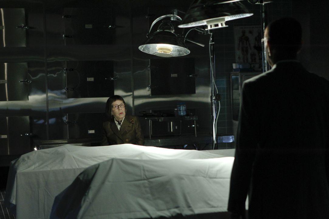 Trifft eine folgenschwere Entscheidung: Hetty (Linda Hunt, l.) ... - Bildquelle: CBS Studios Inc. All Rights Reserved.