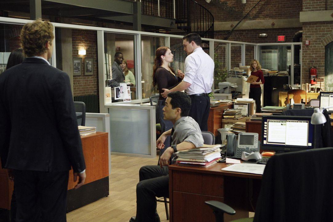 Patrick (Simon Baker, vorne l.), Kendall (Tim Kang, vorne r.), Teresa und Grace (Amanda Righetti, M.l.) sind schockiert, als sie bemerken, dass Wayn... - Bildquelle: Warner Bros. Television