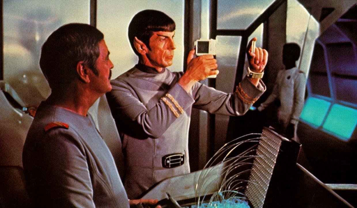 Scotty (James Doohan, l.) und Spock (Leonard Nimoy, r.) müssen mal wieder einige technische Probleme lösen ... - Bildquelle: Paramount Pictures