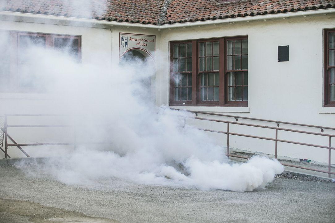 Um die Rebellen zu vertreiben, wirft Sonny eine Rauchgranate, als das Team an der amerikanischen Schule ankommt, die evakuiert werden soll. - Bildquelle: Erik Voake Erik Voake/CBS  2017 CBS Broadcasting, Inc. All Rights Reserved / Erik Voake