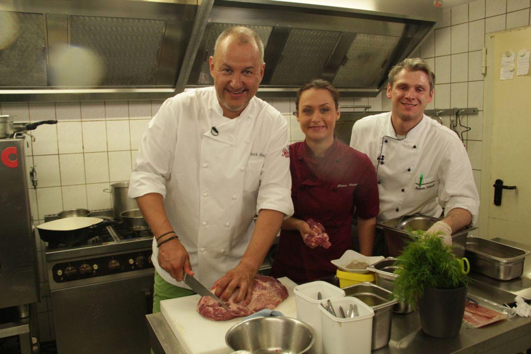 Frank Rosin (l.) und seine Assistentin Diana Krauss (M.) greifen Roberto Schack (r.) in der Küche nicht nur tatkräftig unter die Arme, sondern geben... - Bildquelle: kabel eins